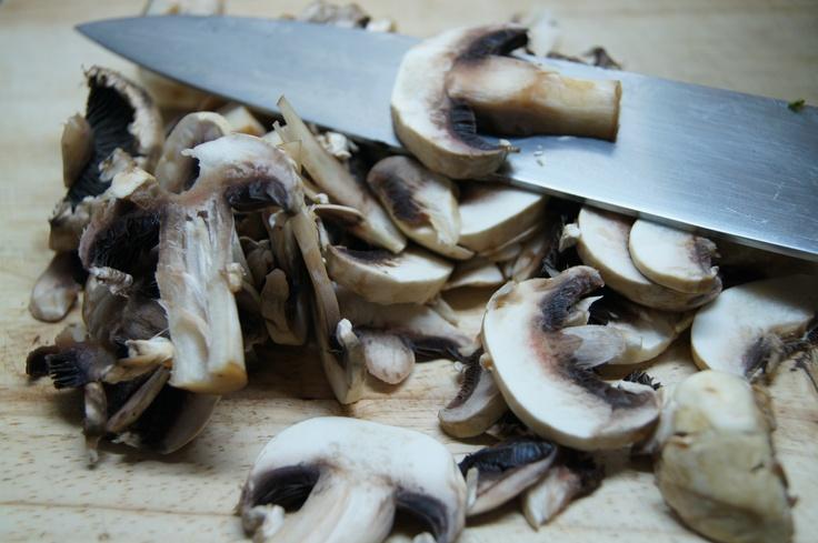 hongos rebanados compañeros de la clásica quesadilla ( de hongos guisados con cebolla y tiras de chile serrano o seco) de tortilla del comal.