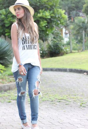 Look by @annegabriely with #casual #zara #tshirts #ripyourjeans #whitetshirts #onyourhead #darkbluepants.