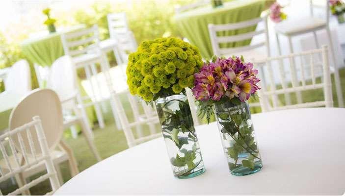 Centros coloridos - Idea para crear centros de mesa con tarros de cristal y flores, dejando dentro del agua las hojas de éstas. Fuente: Pinterest