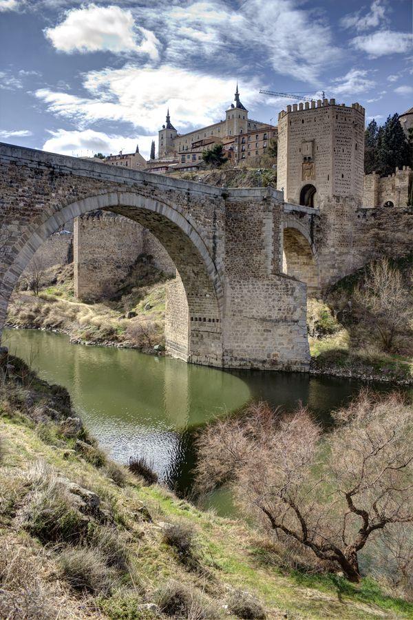 ✮ Puente de Alcàntara y Alcázar , Toledo, Spain tierra del Cid.               Holy Toledo! I would love to visit this place!