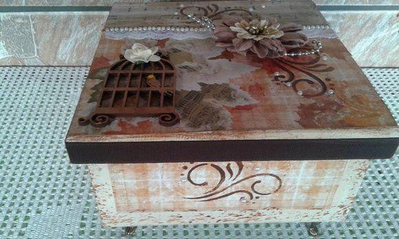 caixa decorada gaiola e flores