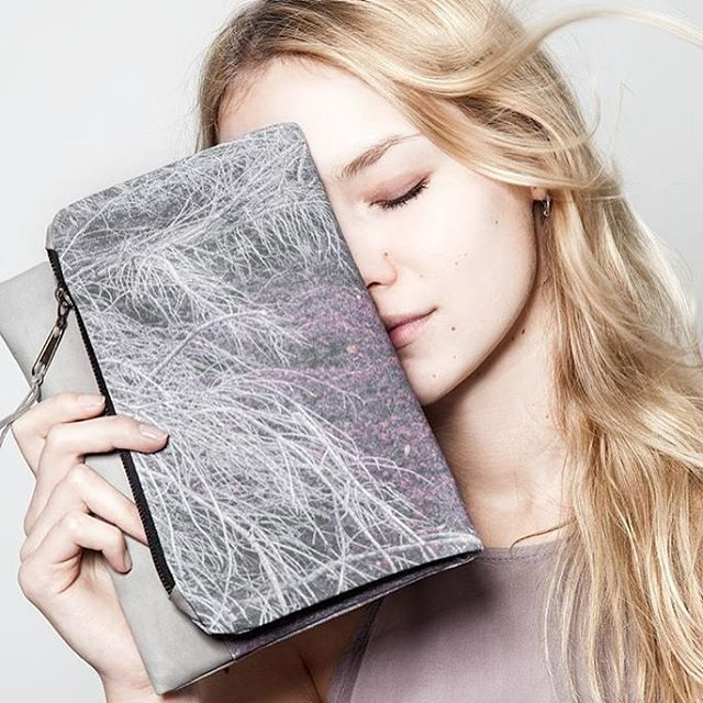 @agnieszkagasiorek made our day! Photoshoot with LAVA's favourite model ❤️ #lavawearmood #maloo #clutch #foldoverclutch #nature #model #photoshoot #photoshooting #studio #beauty #bag #stylist