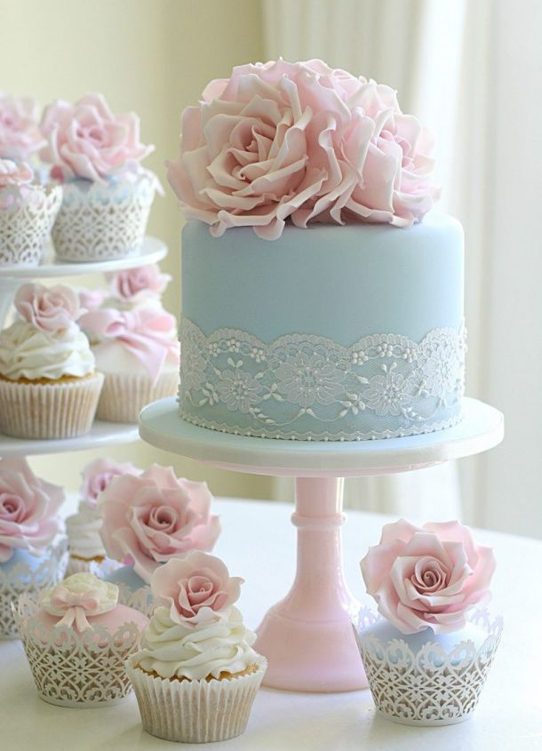 10 Wedding Cakes With a Touch of Blue - Dreamwedding