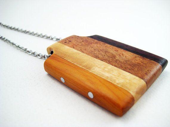 Ciondolo legno fatti a mano con accenti di alluminio, acciaio inox catena (uno studio in marrone)