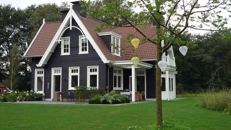 Houten Landhuis Lochem. Mooie architectuur en   geweldige combinatie van donkerhout met witte kozijnen, love it!