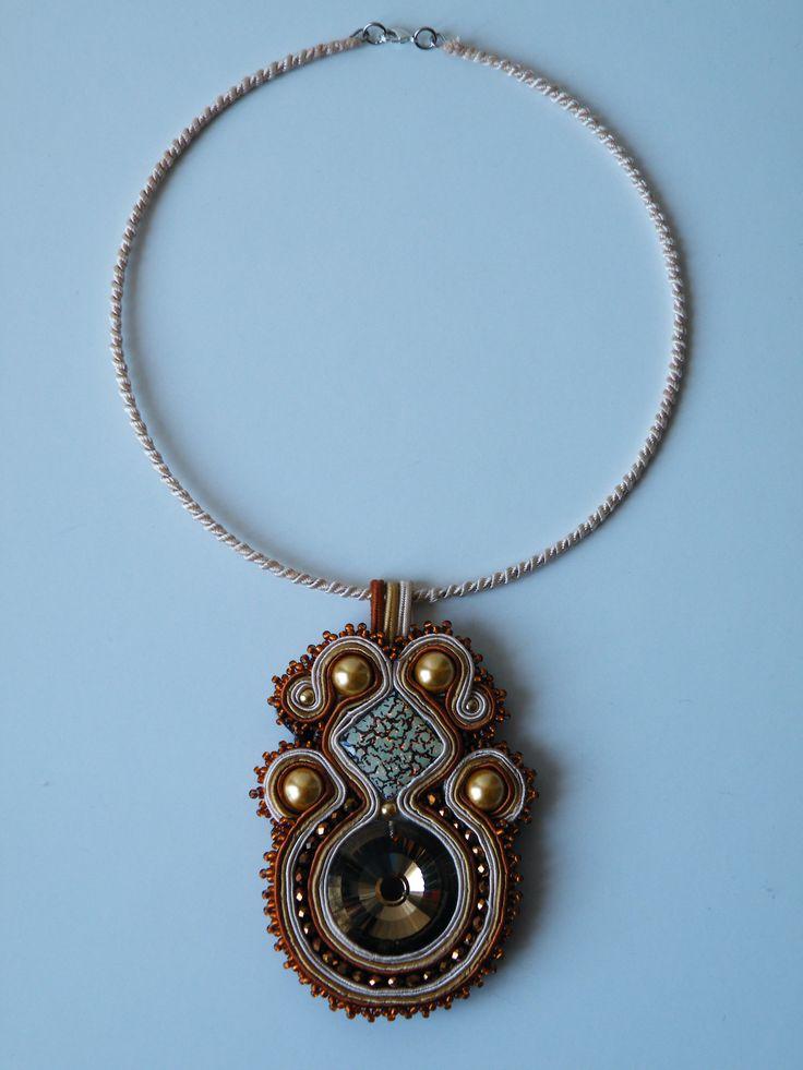 Ciondolo Soutache color rame-oro-beige centrale in cristallo ambrato di 30mm , perle Preciosa oro, cristalli e perline Toho