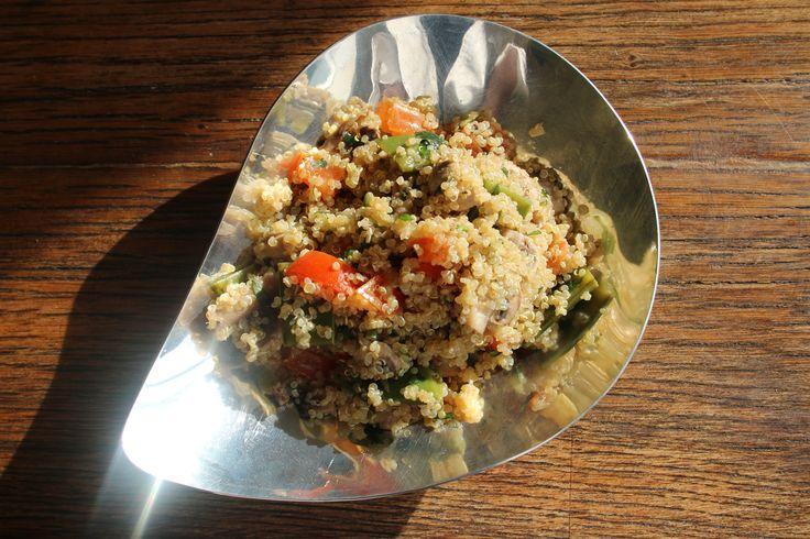 Salade tiède de quinoa, champignons, mange-tout, tomates fraîches. Huile d'olive, jus de citron et tamari.