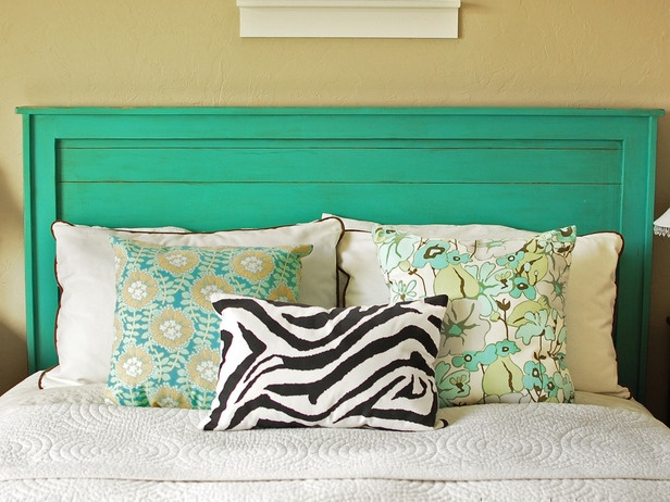 turquoise headboard! I love this colour!