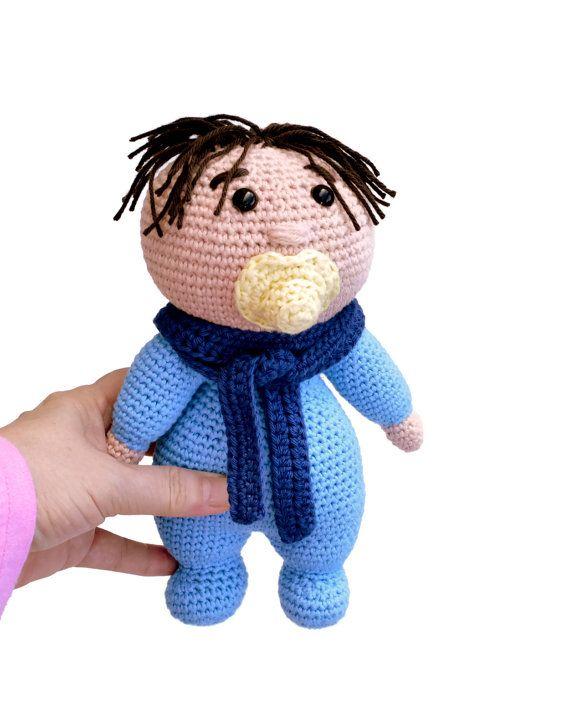 Muñeco bebé con chupete. Juguete recién nacido. Amigurumi bebé. Muñeco blandito para bebé. Muñeco para dormir con bebé. Regalo recién nacido. Tejido a crochet con hilo de algodón 100 %, especial para bebés. Ojos de seguridad. Relleno de guata hipoalergénica. Es un muñeco ideal