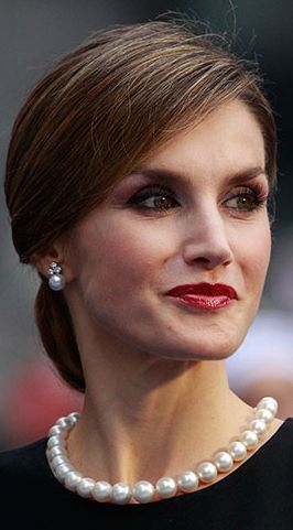 Queen Letizia wearing queen Maria de las Mercedes pearl necklace from Spanish crown jewels, made of perfect Russian pearls. and Ansorena earrings