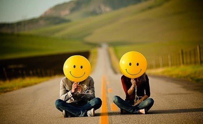 Мужчина и женщина сидят на дороге