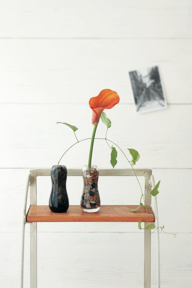 ガラスの一輪挿しに小石をいれて。涼しげな水槽風のアレンジ。/身近な器でやさしい花レッスン(「はんど&はあと」2013年7月号)