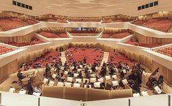 В Дрездене праздничным концертом Дрезденского филармонического оркестра торжественно открыли новый концертный зал — Dresdner Kulturpalast. Большое многофункциональное здание времён ГДР перестраивалось пять лет: сейчас в нём размещается концертный зал на 1.800 зрител�