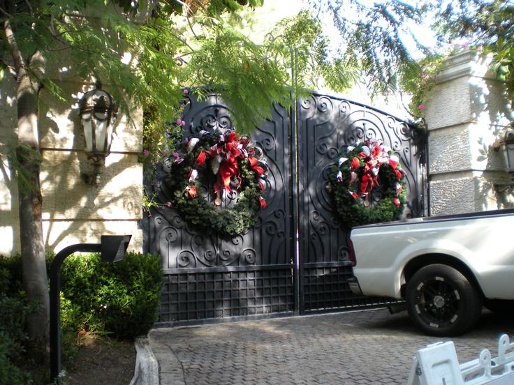 antes de enterrar a Michael Jackson sus fans acudian a dejar sus regalos a la puerta de su casa