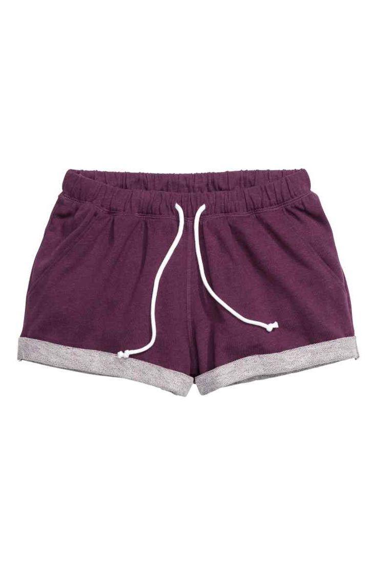Calções em tecido moletão: Calções curtos em tecido moletão mesclado com elástico e cordão de ajuste na cintura e dobra cosida no remate das pernas.