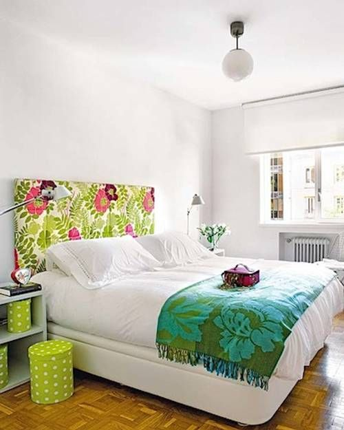 Una buena idea para decorar, pinta las paredes y marcos de ventanas blanco y añade el color utilizando telas de colores llamativos en camas o respaldo. También puedes añadirle color a los muebles