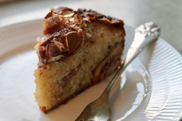 nu hvor efteråret for alvor er over os, vil jeg dele en kage med jer, som virkelig smager af netop denne årstid. den er krydret, sød og tung, fyldt med smag, og så SKALden spises indenfor i varmen, helst meden kop kaffe eller te:-)du skal bruge:5 æbler3 æg200 g marcipan200 g sm