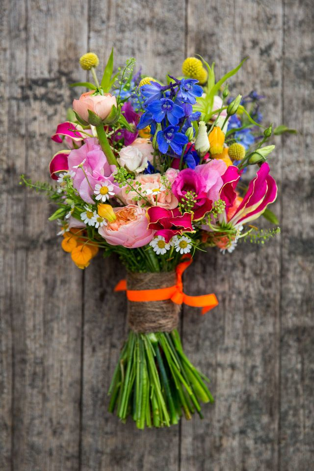 Real Wedding: Bloesem, bonte versiering en bloemenpracht | ThePerfectWedding.nl