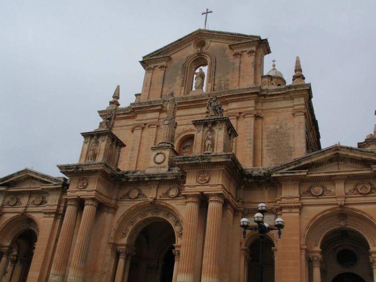Saint Nicholas Church in Siggiewi op Malta. De ruïne van de oude dorpskerk gewijd aan Nicolaas van Myra is nog steeds te vinden in de stad. Ter vervanging van deze kerk werd van 1676 tot 1693 een nieuwe kerk gebouwd in barokstijl, die gewijd werd aan dezelfde heilige. Aan het eind van de 19de eeuw werd de kerk nog wel uitgebreid en gemoderniseerd.
