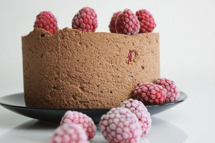 Bakelyst.no: Oppskrift på sjokolademoussekake med bringebær.