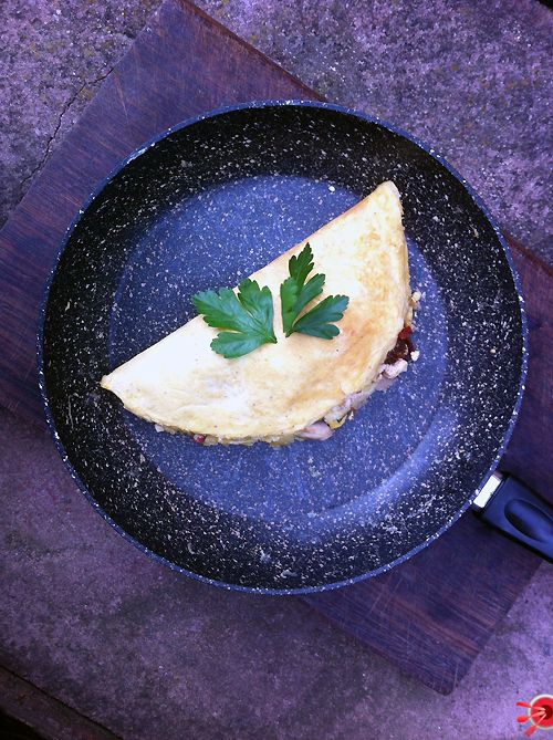 ... omelette today, salami, mushrooms, sun dried tomato and ricotta - yum