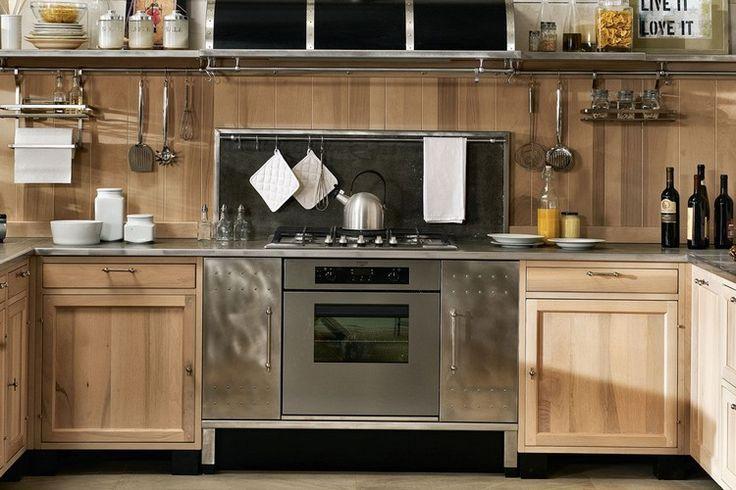 plan de travail inox avec armoires et crédence en bois dans la cuisine de style industriel