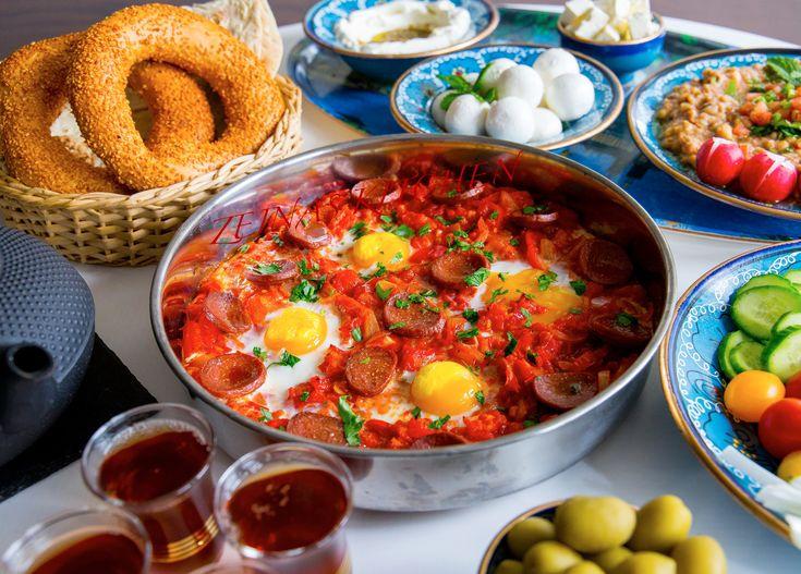 En god och lättlagad äggrätt med het tomatsås och korv. Jag serverade rätten på brunchbuffén med en bit bröd och lite annat gott bredvid. Passar även fint att avnjutas till lunch. RECEPT PÅ ALLA RÄTTER SOM FINNS PÅ BILDEN HITTAR DU HÄR! 4 portioner 1-2 st kryddiga korvar (jag använder sujuk, chorizo passar också bra) 4 st ägg 1 gul lök 1 röd paprika 1 chili 2 vitlöksklyftor 4 st tomater (kan ersättas med 1 burk krossad tomat) 1 msk tomatpure 1 tsk paprikapulver Salt och peppar Persilja till…