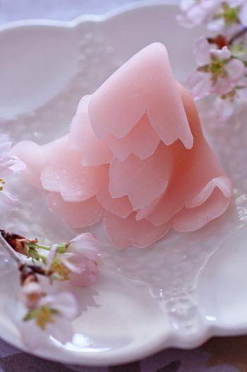 Wagashi - 赤坂塩野:花衣 Cherry blossoms robe http://www.siono.jp/