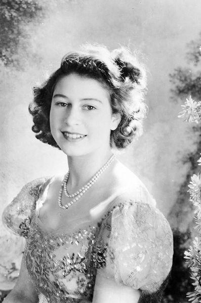 la reine d 39 angleterre en photos les ann es 1940 d 39 elizabeth ii angleterre la reine et paris. Black Bedroom Furniture Sets. Home Design Ideas
