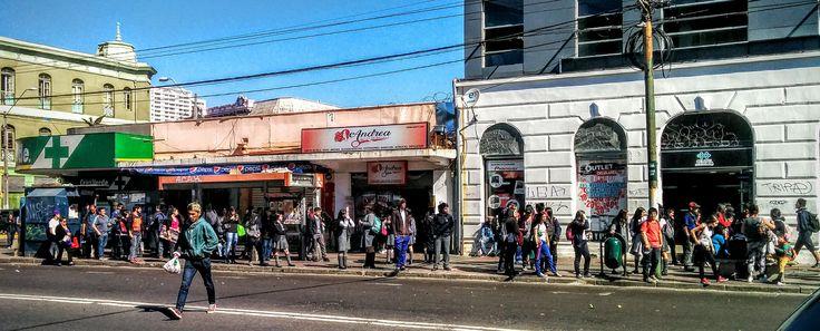https://flic.kr/p/MZb2wM | Valparaíso112 | Público esperando locomoción colectiva, Av. Pedro Montt con Av. Francia, Valparaíso, Chile. Nexus5.