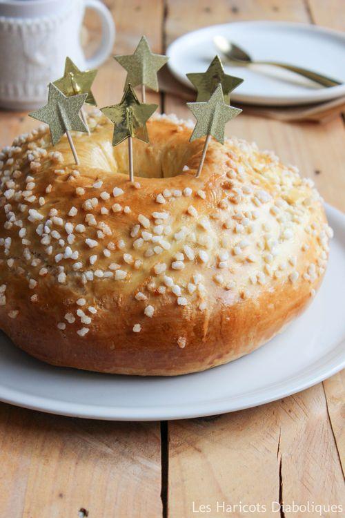 Couronne fleur d'oranger   Les ingrédients :  – 2 oeufs entiers + 1 jaune – 80 ml d'eau de fleur d'oranger – 60 ml de lait – 35 g de beurre en petits morceaux – 1 cuillère à café de sel – 100 g de sucre en poudre – 500 g de farine – 1 sachet de levure de boulanger déshydratée – sucre en grains