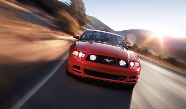 Un gran equipo de ingenieros, apasionados por Mustang han trabajado arduamente para mejorar el desempeño de Mustang en 2013 y lo han vuelto mucho más aerodinámico en todos los sentidos. Y el resultado realmente sorprende, mayor potencia en los V8 y aún mas en Shelby. En todas sus versiones, gracias a su potente desempeño y dedicación que hay detrás, vas más pegado al piso, sientes que vuelas, vas más rápido, sin perder control; te vuelves uno con el auto. #Ford #Mustang2013