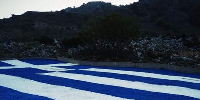 Ζωγράφισαν πελώρια ελληνική σημαία στα Σφακιά – Είναι πάνω από 600 τμ!