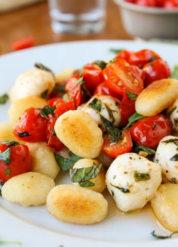 Easy Caramelized Gnocchi with Cherry Tomatoes and Mozzarella #recipe #dinner #pasta