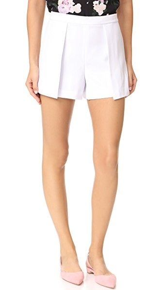 ¡Consigue este tipo de pantalón corto de vestir de Alice + Olivia ahora! Haz clic para ver los detalles. Envíos gratis a toda España. Alice + olivia Larissa Shorts: These tailored alice + olivia shorts are detailed with wraparound side panels, giving the pair a pleated effect. Exposed back zip. Fabric: Suiting. 100% polyester. Dry clean. Imported, Vietnam. Measurements Rise: 10.75in / 27cm Inseam: 3.25in / 8cm Measurements from size 4 (pantalón corto de vestir, pinzas, fluido, tailored, ...