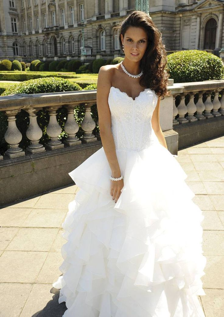 Voor een prinsessen stijl is een brede rok een must. Wij creëerden deze look door luchtige lagen & ruches van organza te gebruiken en te combineren met een mooie kanten top.