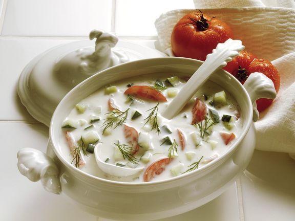 Kalte Kefirsuppe mit Gurken und Tomaten ist ein Rezept mit frischen Zutaten aus der Kategorie Fruchtgemüse. Probieren Sie dieses und weitere Rezepte von EAT SMARTER!