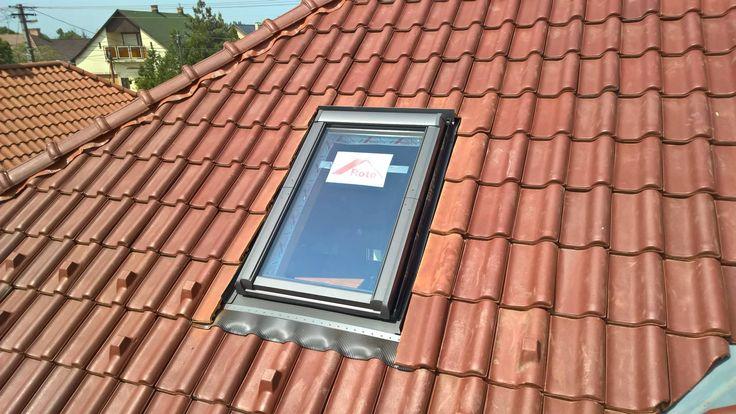6. lépés. Cserepek bevágása és rögzítése a tetőablak körül.
