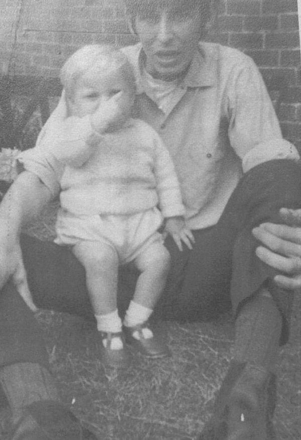 Su hermano murió misteriosamente cuando eran niños: 49 años después una foto en Facebook hizo que se revelara el secreto. El caso de Paul Booth está a punto de resolverse. Recuerdos de una infancia de tortura y un padrastro abusivo. LEER MAS