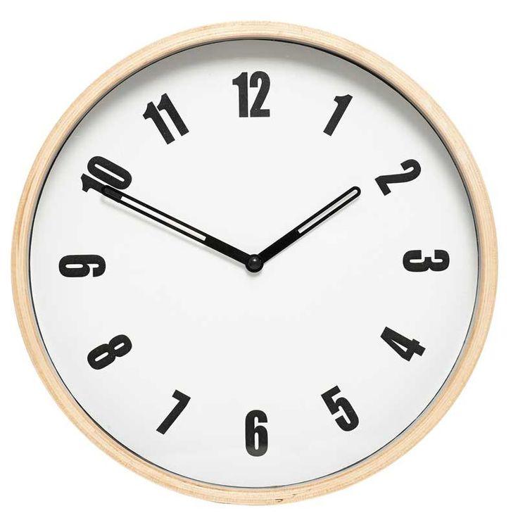 Die weiße Wanduhr mit Holzrahmen von Hübsch besticht durch ihr zeitloses Design und macht sich in jedem Raum toll - egal ob in der Küche oder über Deinem Schreibtisch. Dank des dünnen Holzrahmens wird ihr ein leicht rustikaler Touch verliehen und wird so zum Blickfang an Deiner Wand.
