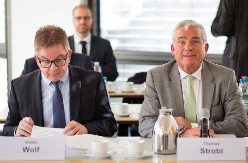Der Fraktionsvorsitzende der CDU in Baden-Württemberg Guido Wolf (l) und Thomas Strobl (r), Landesvorsitzender der CDU Baden-Württemberg bei den Verhandlungen am Freitag. Foto: dpa