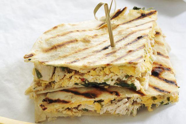 Grâce au poulet rôti effiloché, cette recette est vraiment facile à préparer, et le parfait duo de fromage piquant et de vinaigrette  Ranch barbecue y ajoute la touche de saveur parfaite. Goûtez-en une et vous en redemanderez!