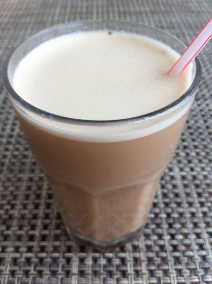 IJskoffie: 150 ml afgekoelde espresso, 100 ml melk, 4 ijsblokjes en 2 tl suiker. Even in de blender, klaar! (Je kan ook nog een beetje slagroom erop doen, of vanilleijs erin...)