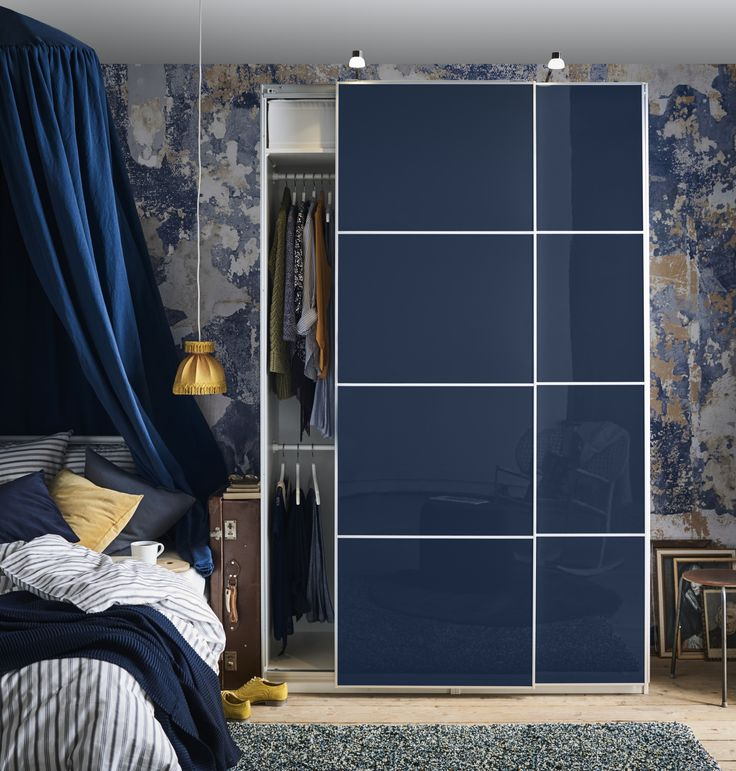 PAX garderobekast | IKEA IKEAnl IKEAnederland kast kledingkast opbergen opberger opbergmeubel kleding slaapkamer kamer inspiratie wooninspiratie interieur wooninterieur blauw bed KOMPLEMENT