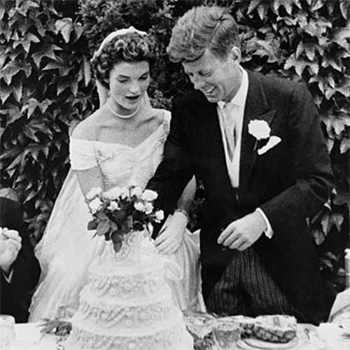 Jackie Kennedy é um ícone mundial como referência de estilo. A norte-americana subiu ao altar com John F. Keneddy em 1953.  A noiva usou um lindo vestido feito com 50 metros de tafetá de seda, com decote princesa e saia volumosa, enfeitada com babados e arabescos!  Vem ver em nosso blog detalhes usados pela primeira-dama, que são referência até hoje :  http://www.blacktie.com.br/blog/inspiracao-jackie-kennedy-de-noiva/