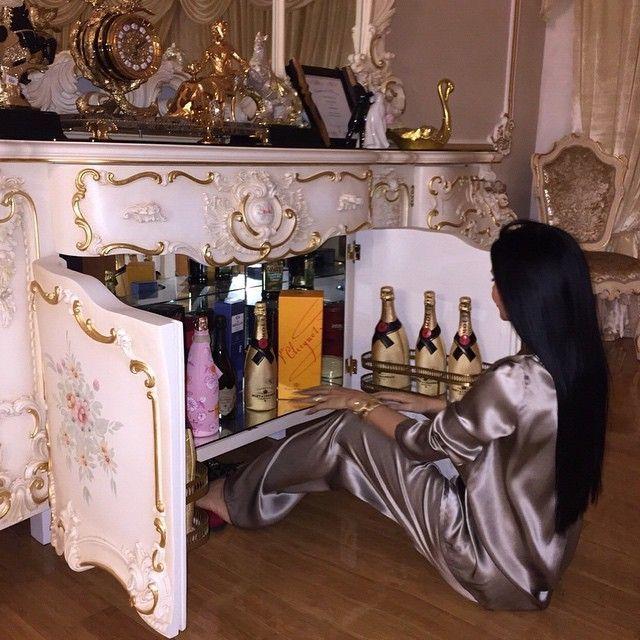 Instagram media by sofiasaravda - Я открыла бар в предвкушении продолжения субботнего вечера, но что- то меня остановило; может быть это сила воли, а может быть мне просто хочется наблюдать за этим порядком в баре, ничего не меняя в нем?