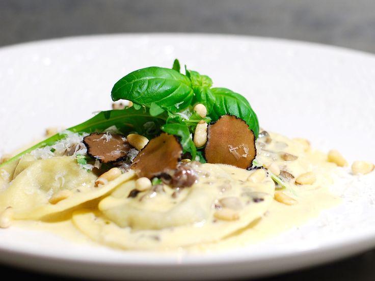 Svampravioli med krämig vitvinssås, rostade pinjenötter, ruccola och svart tryffel | Recept från Köket.se