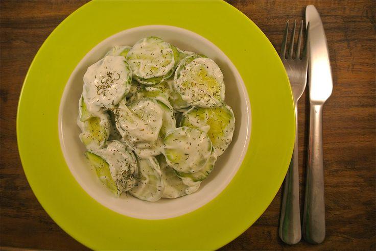 Een frisse komkommer salade met een dressing van Griekse yoghurt met dille. Deze salade is klaar binnen een handomdraai, handig voor als je zo snel echt even niks gezonds op tafel weet te zetten! Tijd: 15 min. Recept voor 2 personen Benodigdheden: halve komkommer 4 eetlepels Griekse yoghurt 2-3 eetlepels citroensap 1,5 theelepel gedroogde of...Lees Meer »