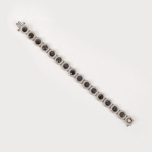 Elegantă brățară din aur alb, bogat decorată cu mix de diamante negre naturale (15,6 ct) și albe Sec. XX aur alb 14 k, 15 diamante negre naturale (netratate) cu tăietură briliant cca. 15,6 ct total și 257, diamante albe cu tăietură briliant cca. 2,69 ct total diamante albe culoare I-J, claritate SI2, l=18 cm, 16 g Valoare estimativă: € 4.500 - 6.500