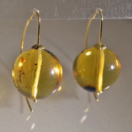 Two beautiful balls of amber coming from Chiapas (Mexico) mounted on yellow gold.